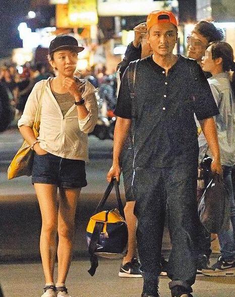 陈意涵与出轨男友和好俩人甜蜜逛街吃小吃